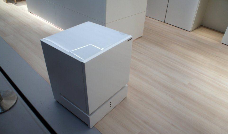 Самоходный холодильник Panasonic реагирует на голосовые команды. Фото engadget