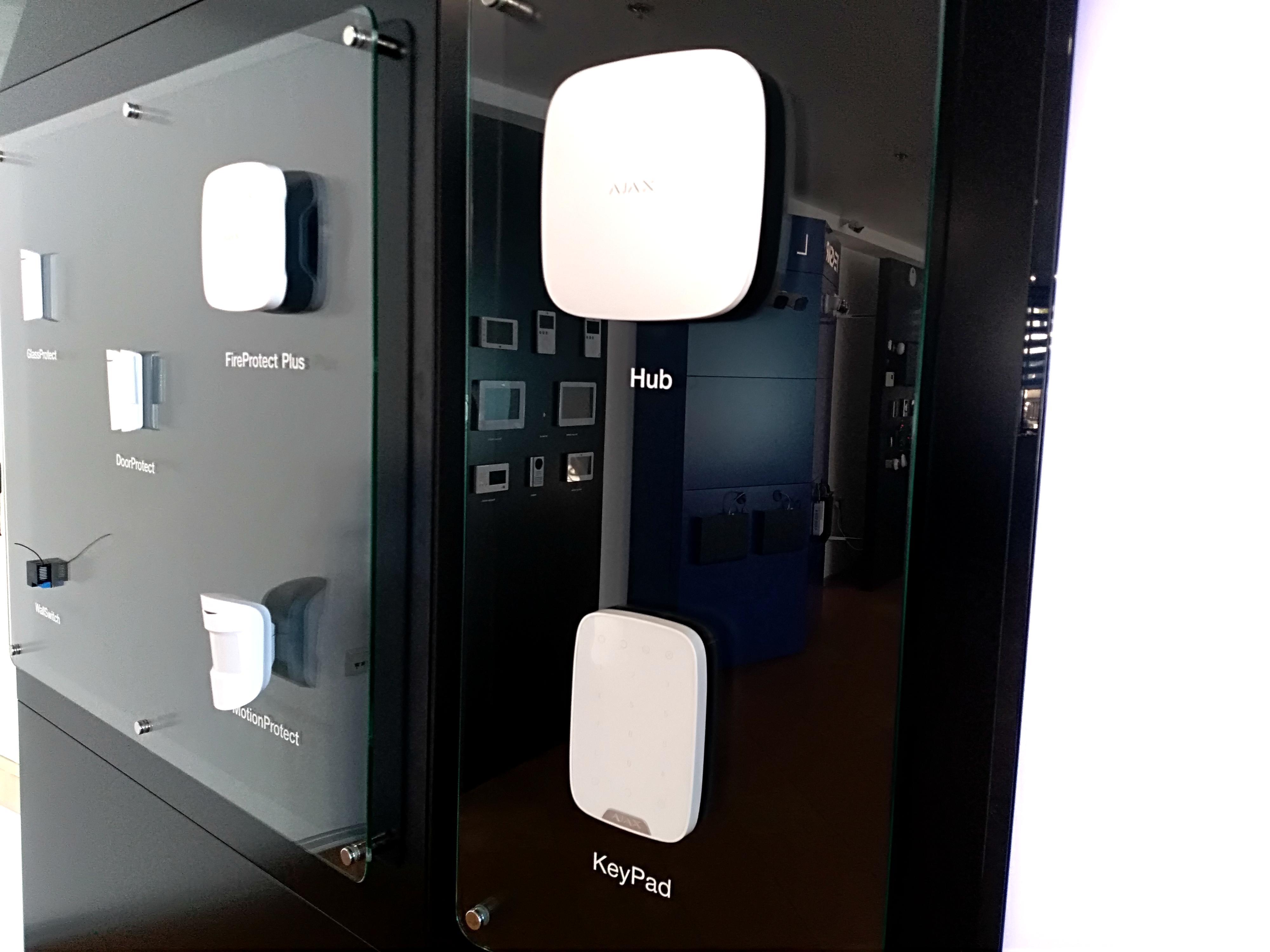 Хаб, клавиатура и датчики в зале Secur